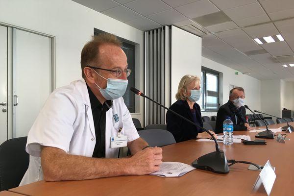 De gauche à droite : Professeur Pierre Tattevin, chef du service infectiologie du CHU de Rennes ; Véronique Anatole-Touzet, directrice du CHU de Rennes ; Professeur Gilles Brassier, président de la Commission Médicale d'Etablissement du CHU