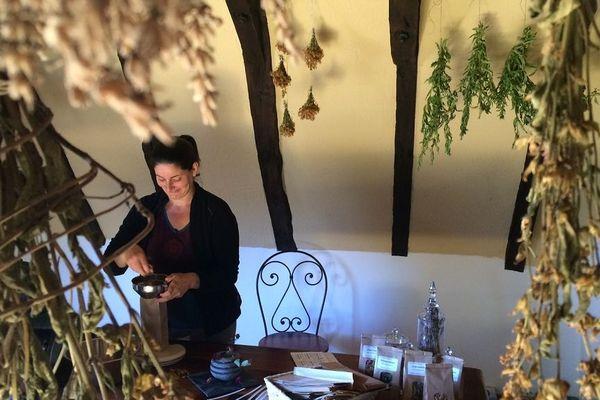 Dans son atelier, Marie-Isabelle Bosselut pèse et ensache les plantes séchées
