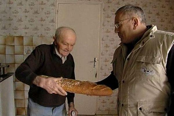 Un agriculteur, Armand Fouquet, fait la tournée des personnes âgés à Notre-Dame-du-Toucher