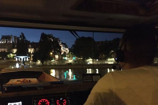 L'engin a été chargé sur une péniche de 80 mètres de long à Bonneuil-sur-Marne.