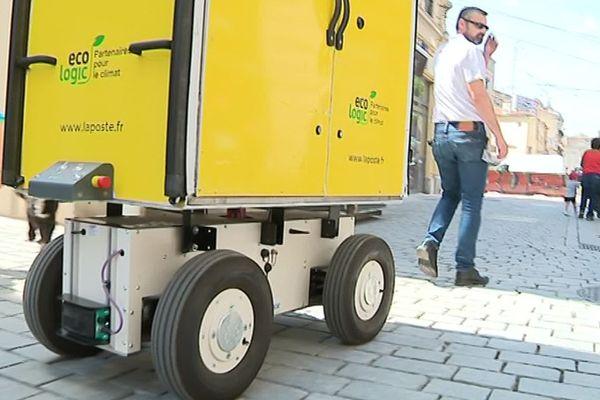 Montpellier : le facteur du XXIe siècle sera-t-il un postier robot ? Hector a 4 roues et travaille en juillet dans le quartier de l'Ecusson - 2 juillet 2019.