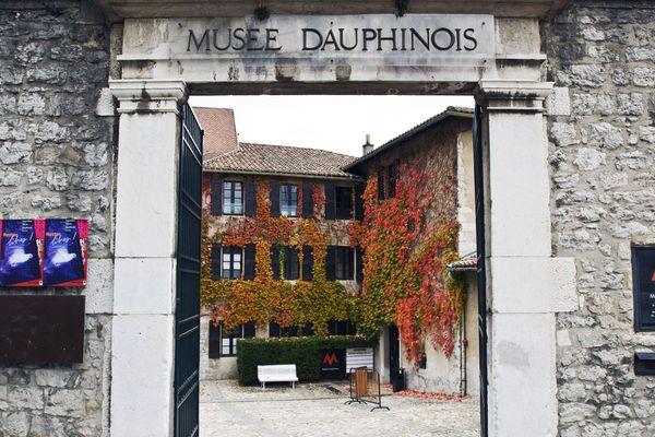 Le musée Dauphinois de Grenoble accueille une nouvelle exposition sur les refuges de montagne.