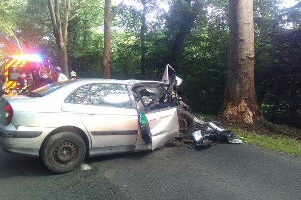 La voiture de l'automobiliste a percuté un arbre, à Saint-Paul-en-Gâtine (Deux-Sèvres)