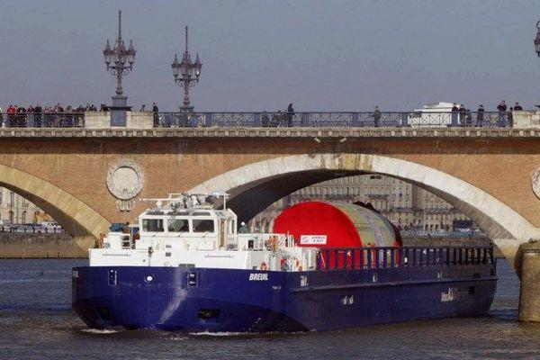 Le délicat passage sous le pont de Pierre des grosses pièces de l'A 380 à Bordeaux