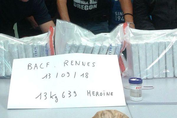 Les 13,6 kg d'héroïne saisis dans un TGV était conditionnés en 26 briques, enveloppées d'aluminium et dissimulées sous des vêtements dans un sac