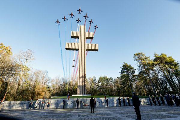 La Patrouille de France survole la Croix de Lorraine au pied de laquelle se trouve le président de la République, Emmanuel Macron, le 9 novembre 2020