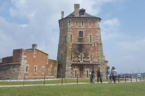 Depuis son inscription au patrimoine mondial de l'UNESCO la tour Vauban de Camaret attire chaque année 20 000 visiteurs