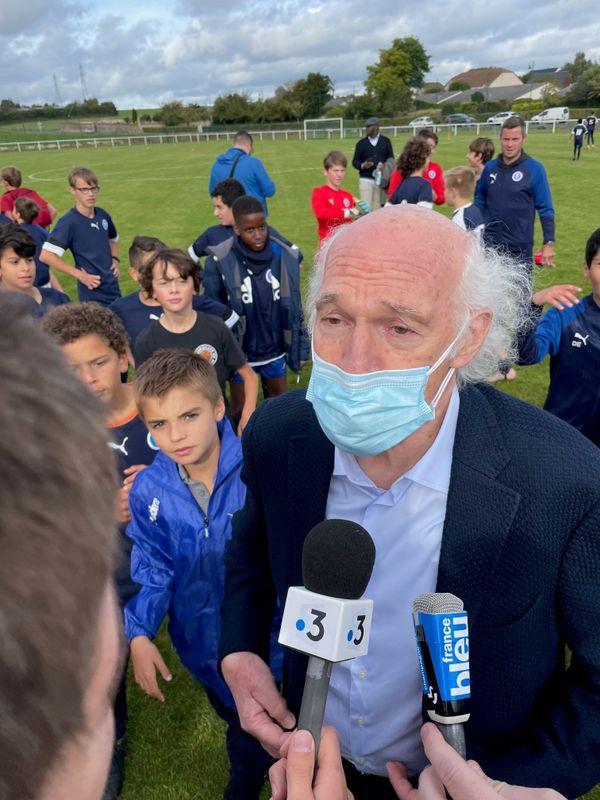 Le footballeur Carlos Bianchi au micro d'Irvin Blonz, journaliste de France 3 Champagne-Ardenne.