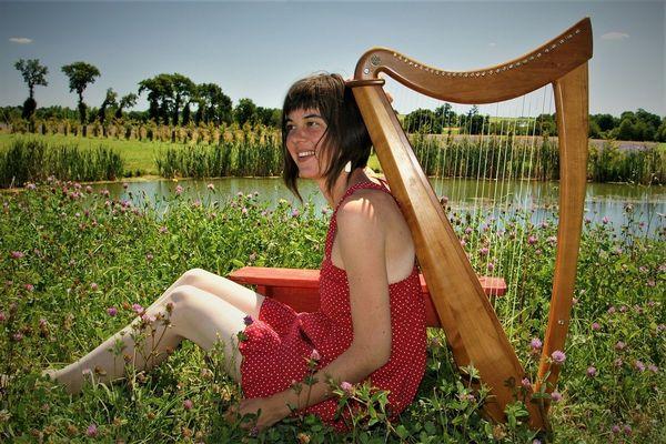 Une harpiste bretonne réalise un tour musical d'Auvergne, et échange des concerts privés contre le gite et le couvert.