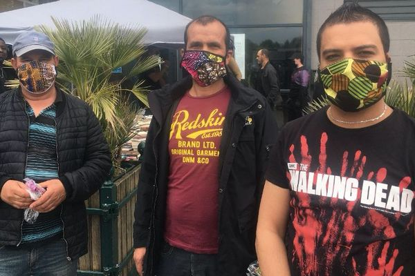 Ces trois habitants des Yvelines viennent d'être équipés de leur premier masque.