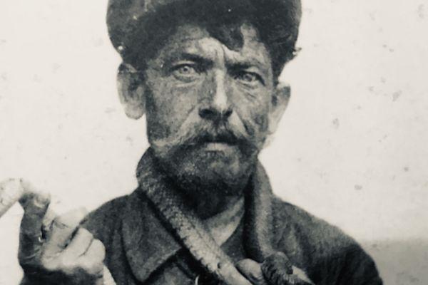 """Michel Vergne dit """"Jean Serpent"""". Le chasseur de vipères était l'une des figures de Clermont-Ferrand à la fin du XIXème siècle et au début du XXème."""