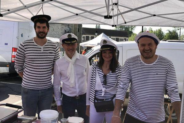 Un commerçant, Frédéric Brigaud, Lydie Blin et le maire Grégory Palandre.