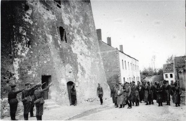 Hitler et son escorte arrivent devant la Tour d'Ostrevant, le 2 juin 1940. Ce donjon médiéval avait servi de quartier général à l'armée française qui s'opposa farouchement aux troupes allemandes entre le 21 et le 26 mai 1940.