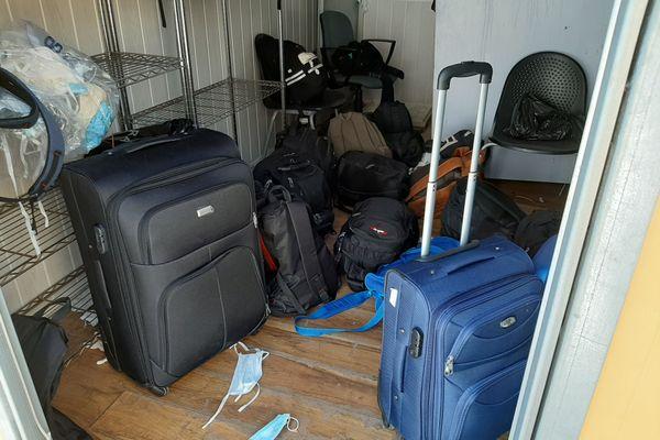 Chaque jour, plusieurs dizaines de migrants sont refoulés à la frontière entre l'Italie et la France. Leurs affaires sont entreposées dans ce local pendant leur audition dans les locaux de la police aux frontières de Menton (Alpes-Maritimes).