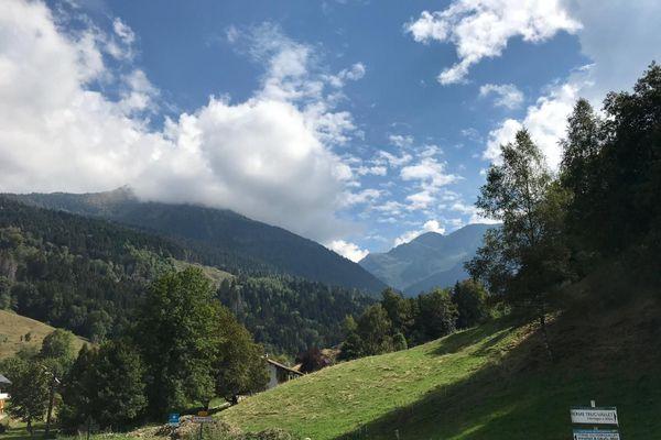 L'accident se serait produit de l'autre côté de la montagne, entre les deux monts.