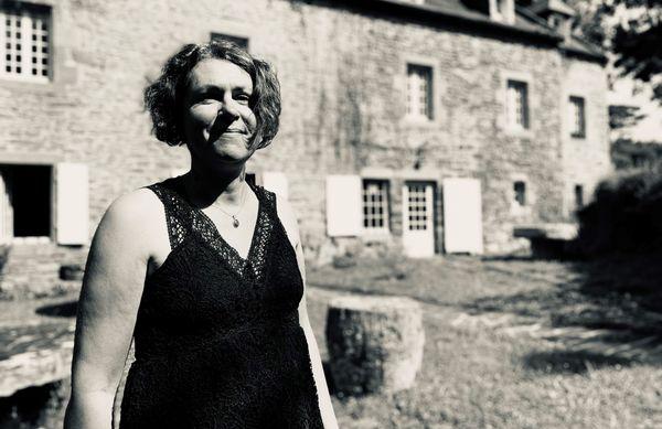 """Aurore Louarn, devant le Moulin de Poulhanol. """"C'est ma vie, ici. Je n'ai jamais pu renoncer à cet endroit où j'ai grandi"""""""