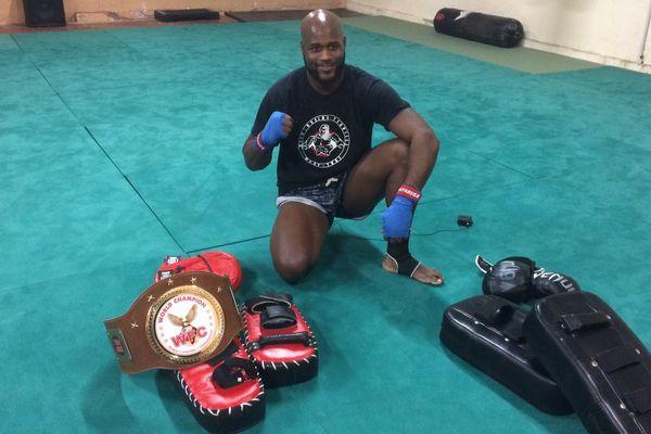 Mathieu est désormais champion du monde de boxe thaï. Il est aussi auxiliaire sanitaire au service de santé des Armées à Thionville.