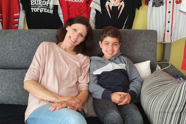 Julie Lallemant et son fils Sawban, atteint d'une maladie orpheline, dans la nouvelle chambre du garçon / Marne, le 7 juillet 2021.