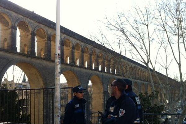 Les policiers tentent de négocier avec le père divorcé juché tout en haut des Arceaux