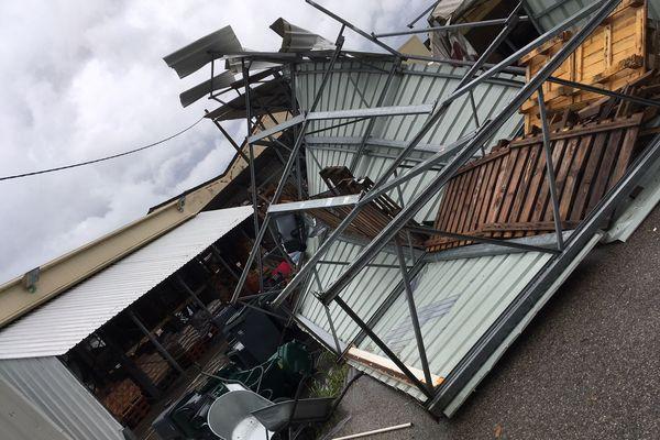 Des éléments de la structure d'un centre commercial arrachés par la mini-tornade.