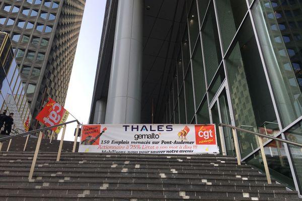 Un rassemblement a lieu ce vendredi 11 septembre 2020 au siège de Thalès à La Défense, alors que le groupe doit statuer sur l'avenir du site de Pont-Audemer dans l'Eure.