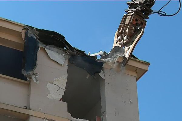 la destruction de l'immeuble D du petit-Bard, à Montpellier a débuté ce lundi.