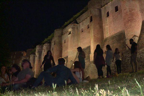 Des centaines de personnes se rassemblent chaque soir pour faire la fête au pied du Palais de la Berbie, à Albi.