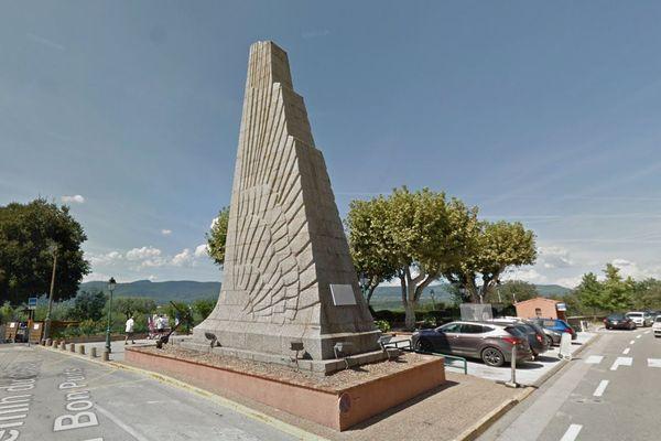 Le monument, d'une hauteur de 14 mètres, est construit en granit impérial de Corse et s'élève sur la place Jean Jaurès, d'où il domine la plaine environnante.