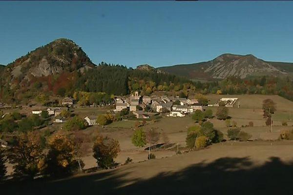 Le village de Borée au pied du mont Mézenc (1753 m)