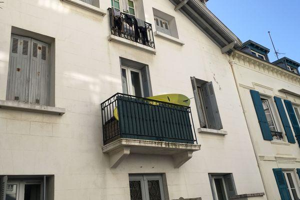 Biarritz n'a pas tout à fait changé son mode de vie : les planches sont toujours là au balcon.