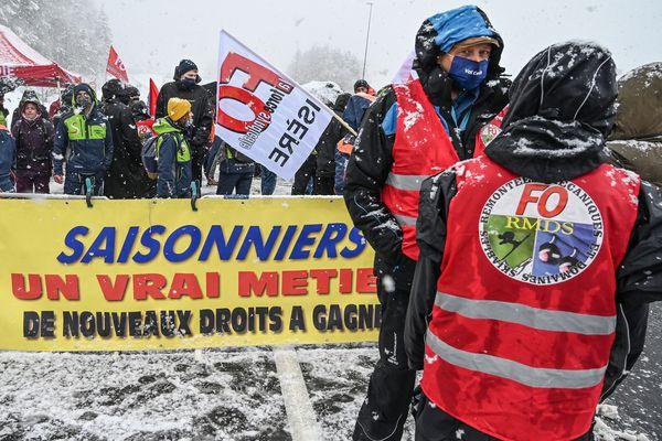 Des saisonniers ont manifesté contre la fermeture des remontées mécaniques le 1er février 2021 près de Modane, en Savoie.