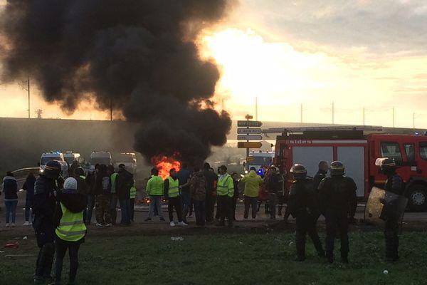 Aimargues : les manifestants des gilets jaunes ont libéré une voie de circulation en fin d'après-midi dans cette commune du Gard, près de Nîmes