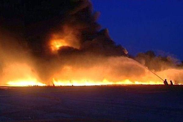 Mudaison (Hérault) - les pompiers luttent contre le feu qui ravage 36.000 caisses plastiques - 12 août 2015.
