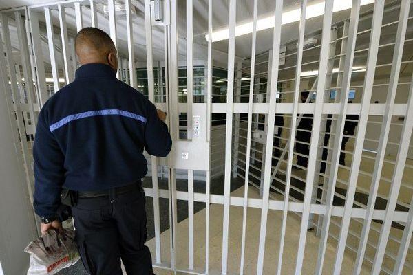 Un gardien devant une porte de la prison (illustration).