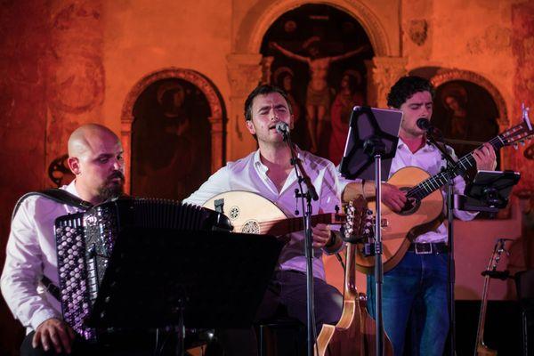 Le groupe A Pasqualina est composé de huit musiciens et chanteurs. Il est en tournée dans toute la Corse.