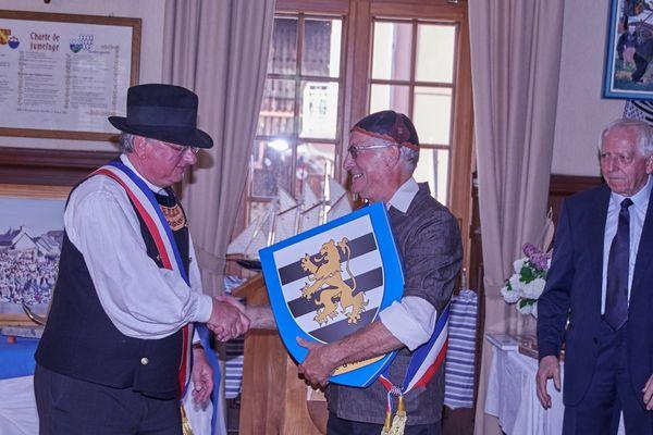 Dominique Boitel (à gauche), le maire de Kermaria Sulard remet le blason de sa commune bretonne à Patrick Althusser (à droite), maire de Muhlbach-sur-Munster à l'occasion des 25 ans de jumelage entre les deux communes.