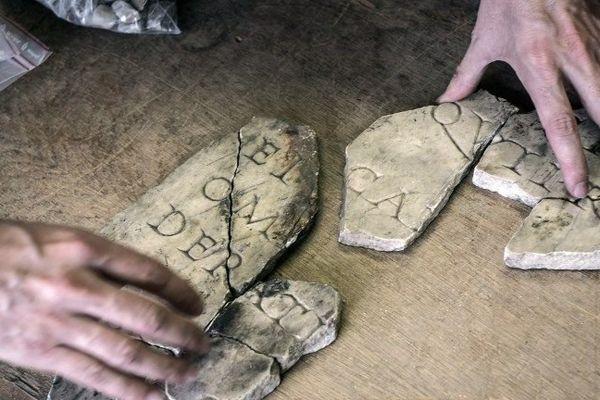 1 200 fragments de tailles diverses ont été découverts en 1839, lors de travaux dans la cave d'une auberge, à Autun, en Saône-et-Loire.