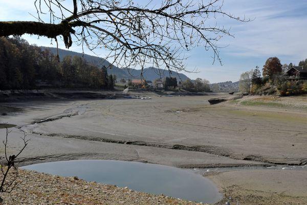 Les bassins du Doubs à sec à Villers-le-Lac (Doubs)