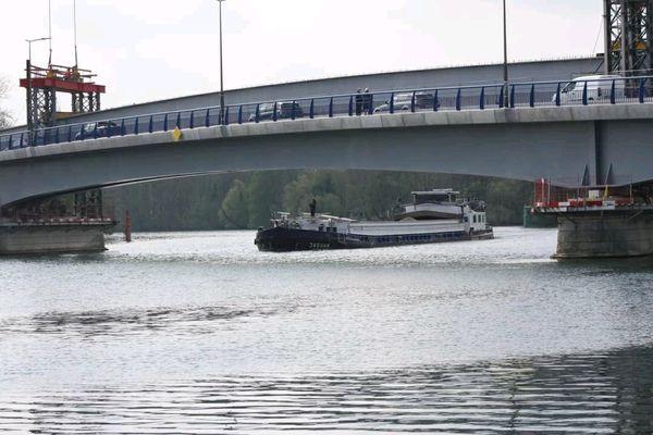 L'abaissement du pont pourrait freiner l'activité et le développement du transport fluvial de marchandises dans le département.