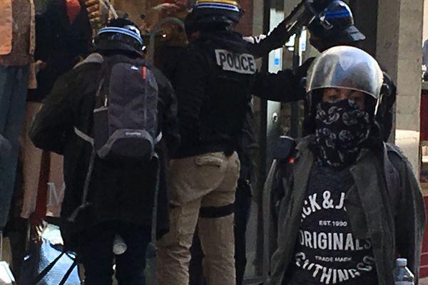 Une arrestation pendant la 24ème manifestation des Gilets Jaunes à La Rochelle.