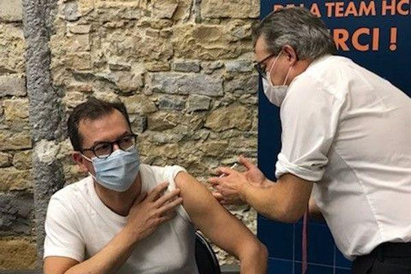Le directeur général Raymond LE MOIGN et le président de la Commission médicale d'établissementOlivier CLARIS ont invité la presse à assister à leur injection.