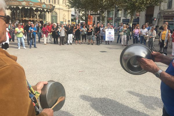 """Marseille : """" casserolade"""" de La France Insoumise devant le siège des chefs d'entreprise"""