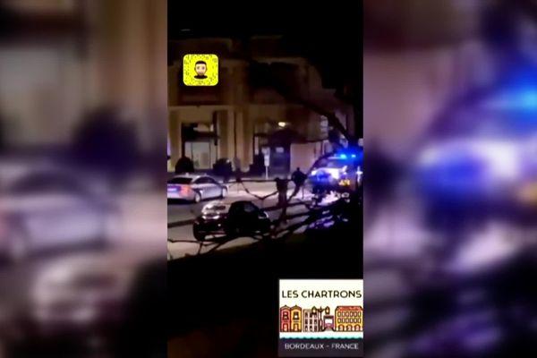 Image extraite d'une vidéo postée sur le réseau social Snaptchat lundi 1 er mars, sur les quais de Bordeaux - tentative d'arrestation d'une voiture avec un conducteur âgé de 16 ans qui a heurté un véhicule de police en essayant de fuit. Des coups de feu ont été tiré par les policiers blessant le jeune homme au thorax.