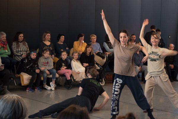Emilie Lalande est danseuse professionnelle. Elle propose les «impromptus» en tant qu'artiste associée au ballet Preljocaj.