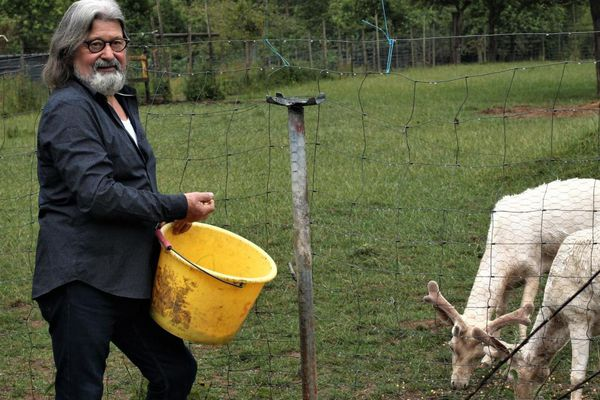 Pendant le confinement, Michel a assuré l'entretien de son parc et prend soin de ses animaux. Il attend le retour des amoureux de la nature à Le Favril.
