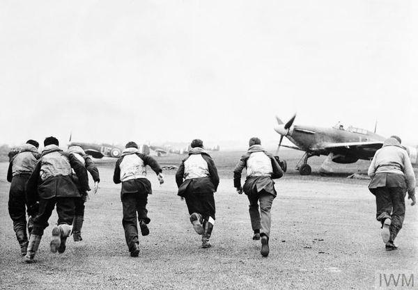 """Des pilotes se précipitant vers leurs chasseurs après l'ordre """"Scramble !"""" sur la base de Northolt (photo mise en scène par la Royal Air Force en janvier 1941)."""