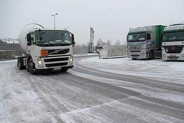 Les camions sont interdits sur l'A84 et la RN13 / Vendredi 18 janvier 2013