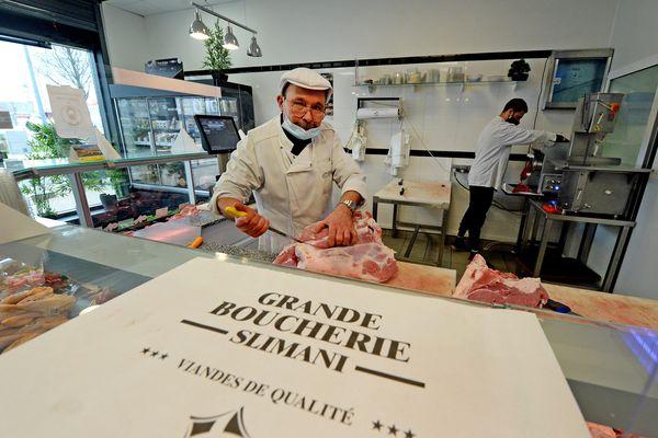 Vénissieux : après les plus démunis, le boucher des Minguettes, Mourad Slimani, veut aussi aider les étudiants - ARCHIVES
