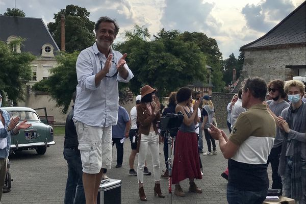 Nicolas Vanier in Villers-Allerand, thanking the inhabitants of the village and promising them to come and do a screening on the village square.