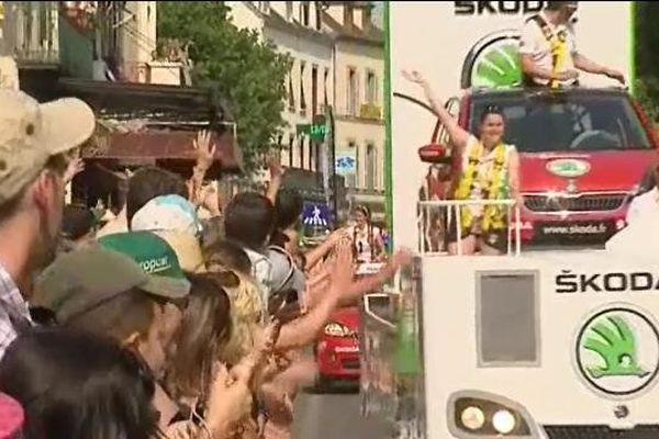 Dans les rues de la ville-départ, la caravane publicitaire connait un succès aussi populaire que les cyclistes.